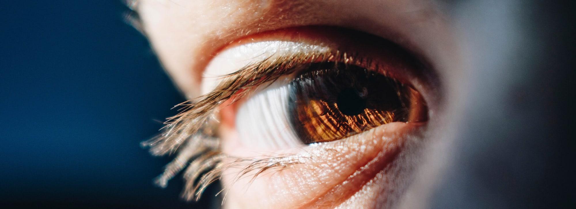 Tørre øyne når du bruker kontaktlinser?